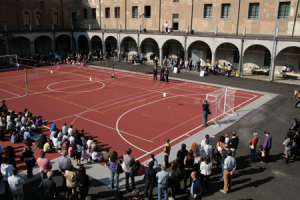 Il cortile interno attrezzato per giocare a calcetto, a basket e utilizzato per la ricreazione durante la bella stagione