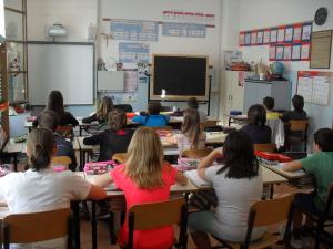 Le classi sono luminose e spaziose arredate con armadietti per ogni alunno nel quale poter riporre il materiale personale, zaino e giacche.
